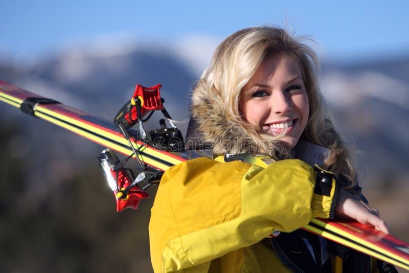 女孩滑雪者 免版税库存照片