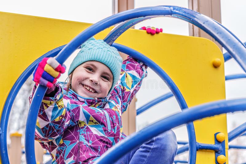 女孩演奏在操场的乐趣 图库摄影
