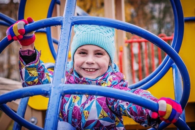 女孩演奏在操场的乐趣 库存图片