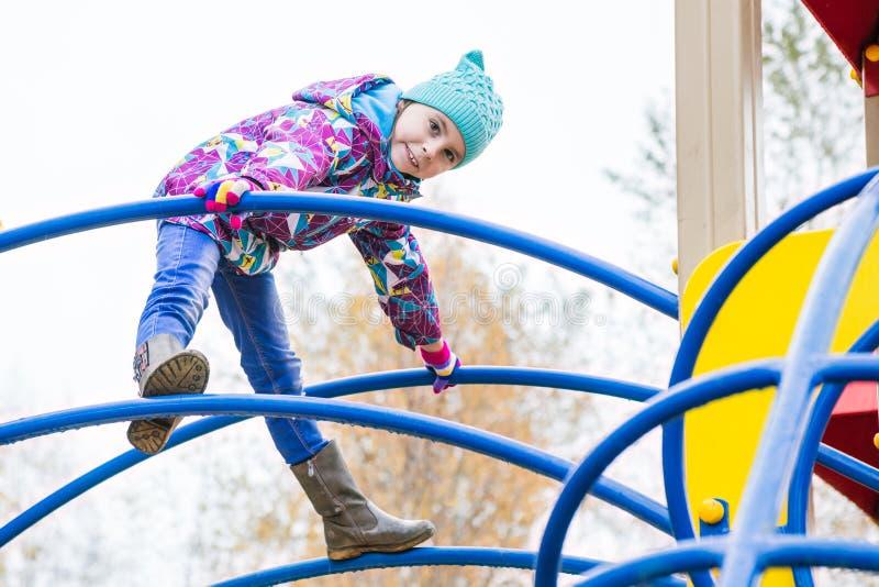 女孩演奏在操场的乐趣 库存照片