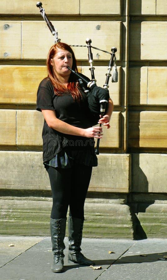 女孩演奏在风笛的传统音乐 库存照片