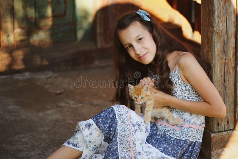 女孩照片有红色小猫的 免版税库存照片