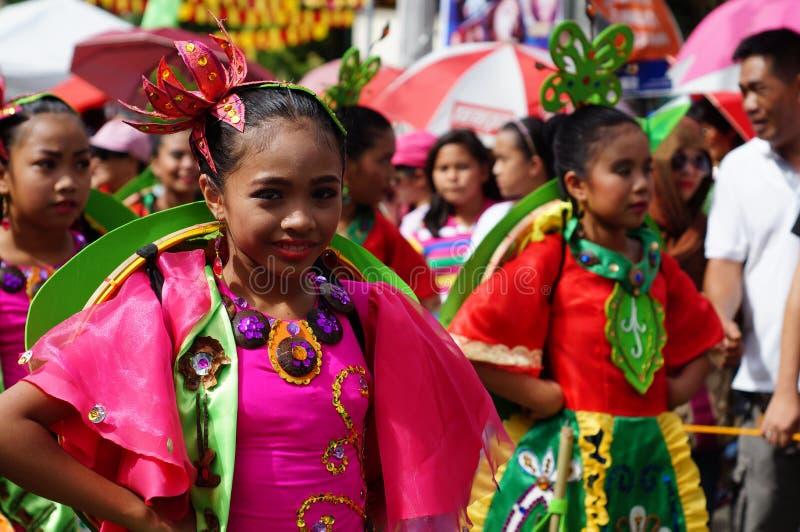 女孩狂欢节舞蹈家以各种各样的服装沿路跳舞 图库摄影