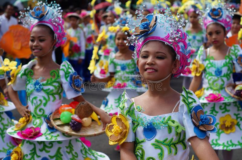 女孩狂欢节舞蹈家以各种各样的服装沿路跳舞 库存图片