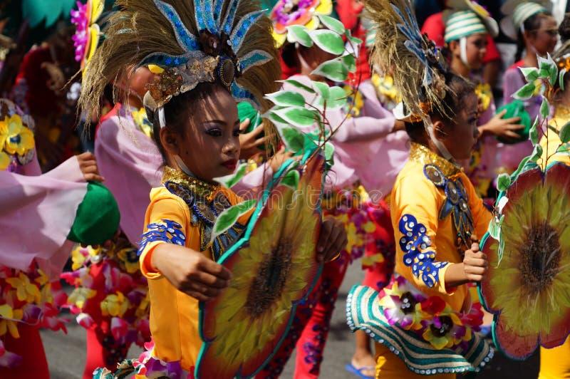 女孩狂欢节舞蹈家以各种各样的服装沿路跳舞 免版税库存图片
