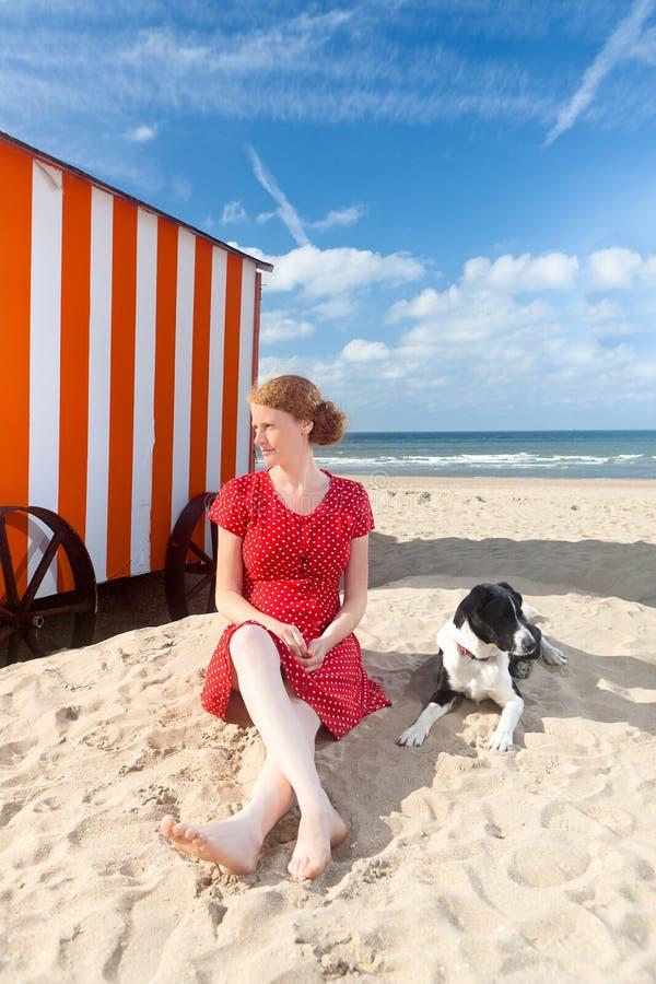 女孩狗海滩客舱海,德帕内,比利时 免版税库存照片