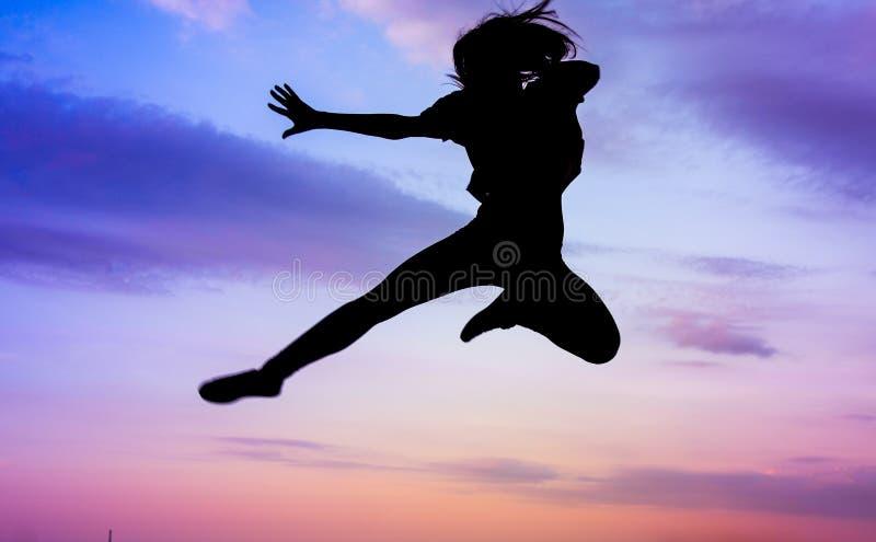 女孩现出轮廓实践的武术 免版税库存图片
