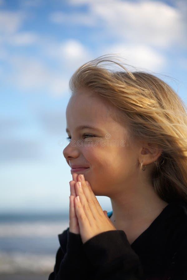 女孩现有量祈祷 免版税库存照片