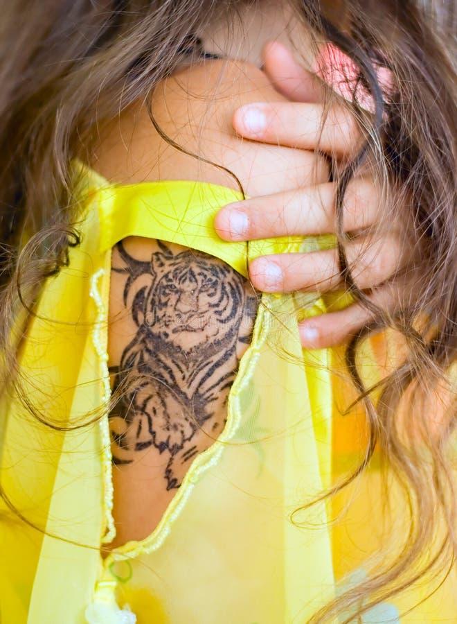 女孩现有量纹身花刺 库存照片