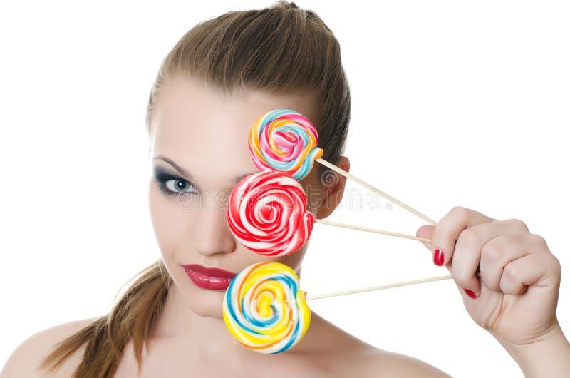 女孩用冰糖 免版税库存照片