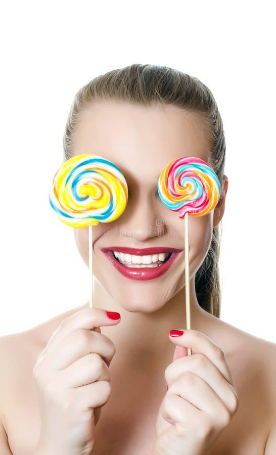 女孩用冰糖 免版税库存图片