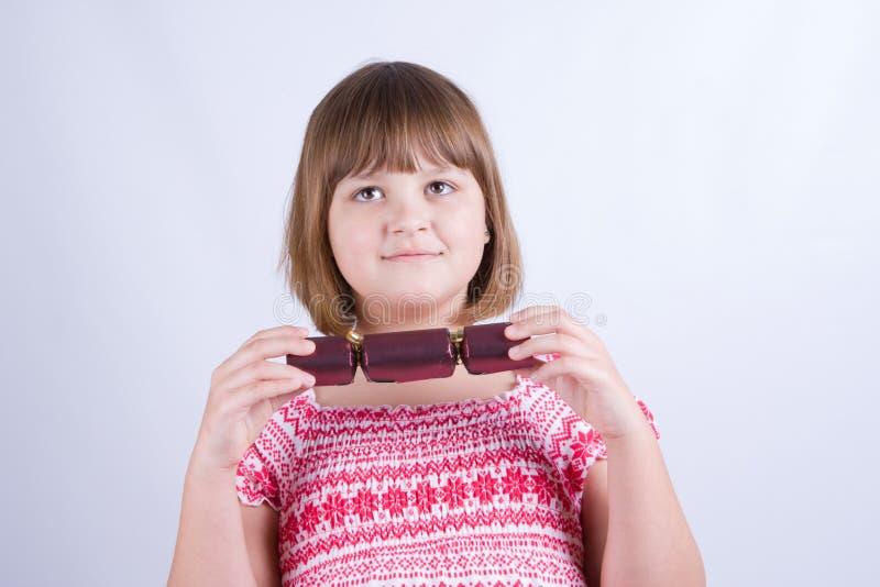女孩用圣诞节薄脆饼干 图库摄影