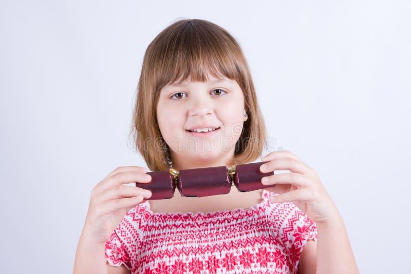 女孩用圣诞节薄脆饼干 免版税库存图片