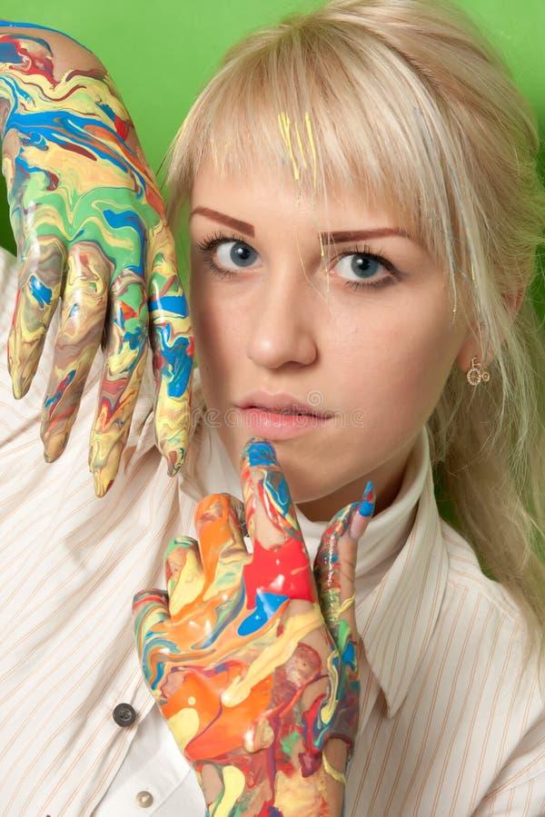 女孩用在新鲜的油漆的手 免版税库存照片