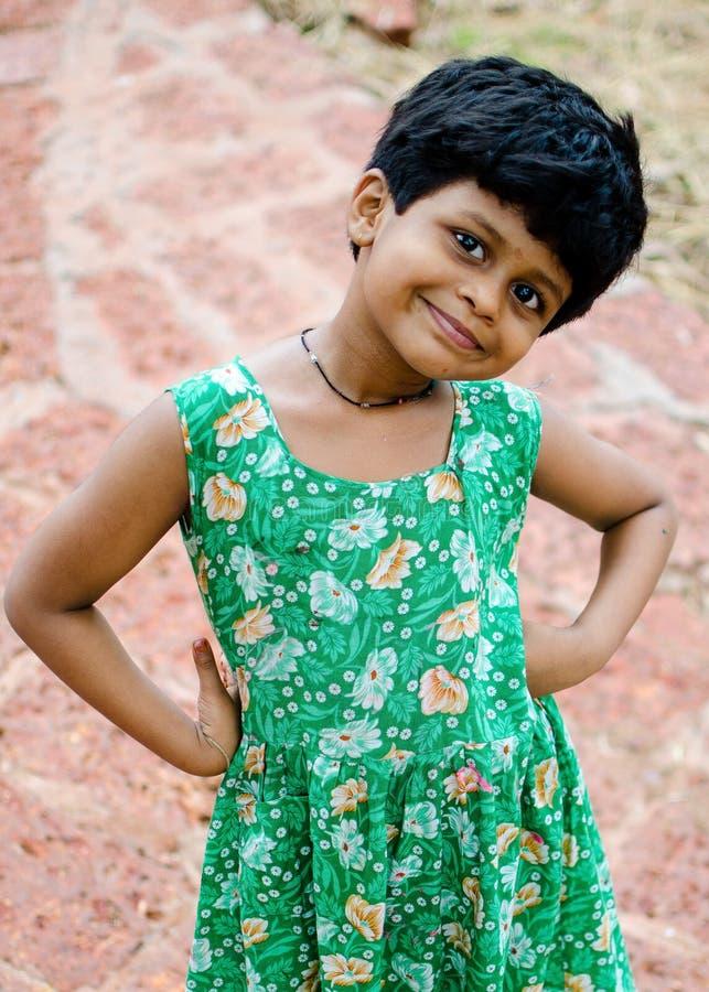 女孩用在腰部的手 免版税图库摄影
