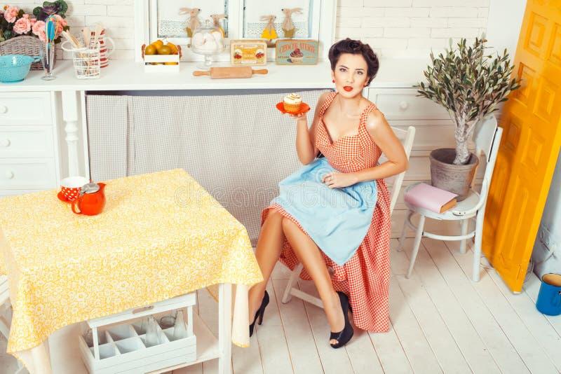 女孩用在茶碟的松饼 免版税库存照片