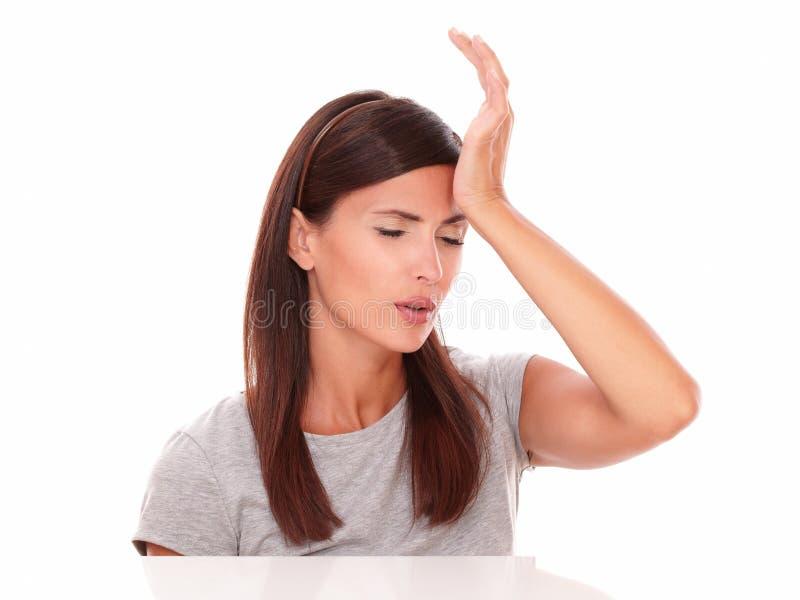 女孩用在顶头打手势的憔悴的手 免版税库存照片