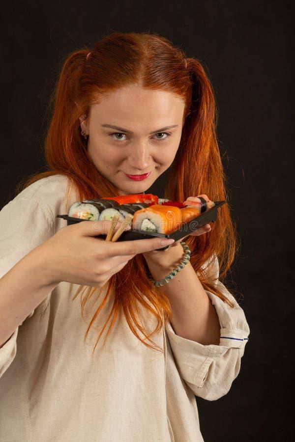 女孩用寿司 库存图片
