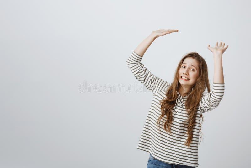女孩用工作和责任装载 培养棕榈的被打扰的欧洲女性模型室内射击,好象运载 库存图片