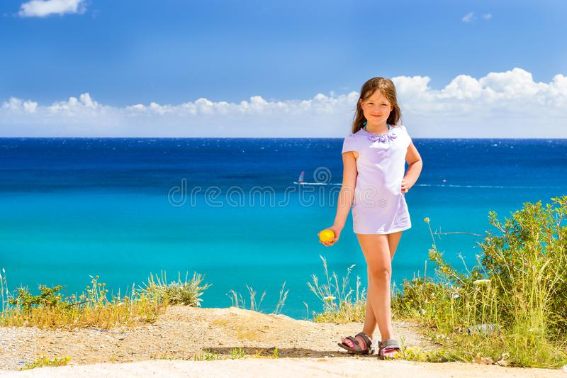 女孩用摆在反对克里特岛海的柠檬 巴厘岛 库存照片