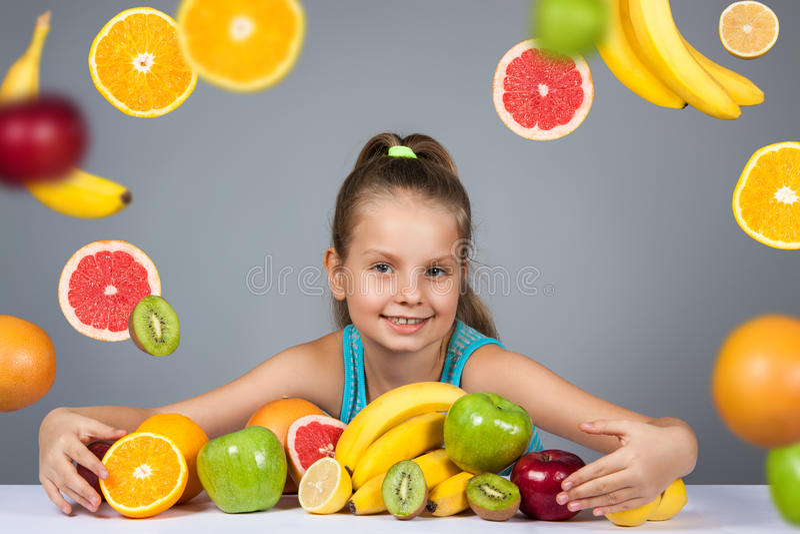 女孩用果子 免版税库存照片