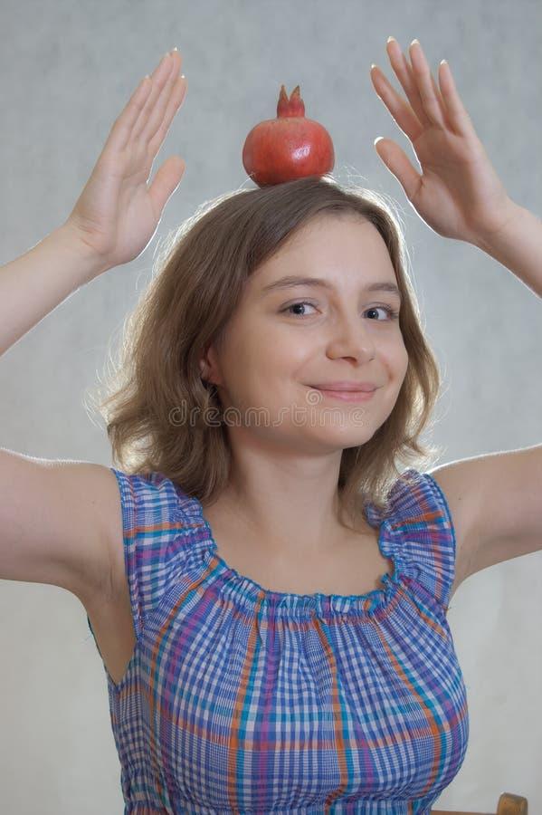 女孩用石榴 库存图片
