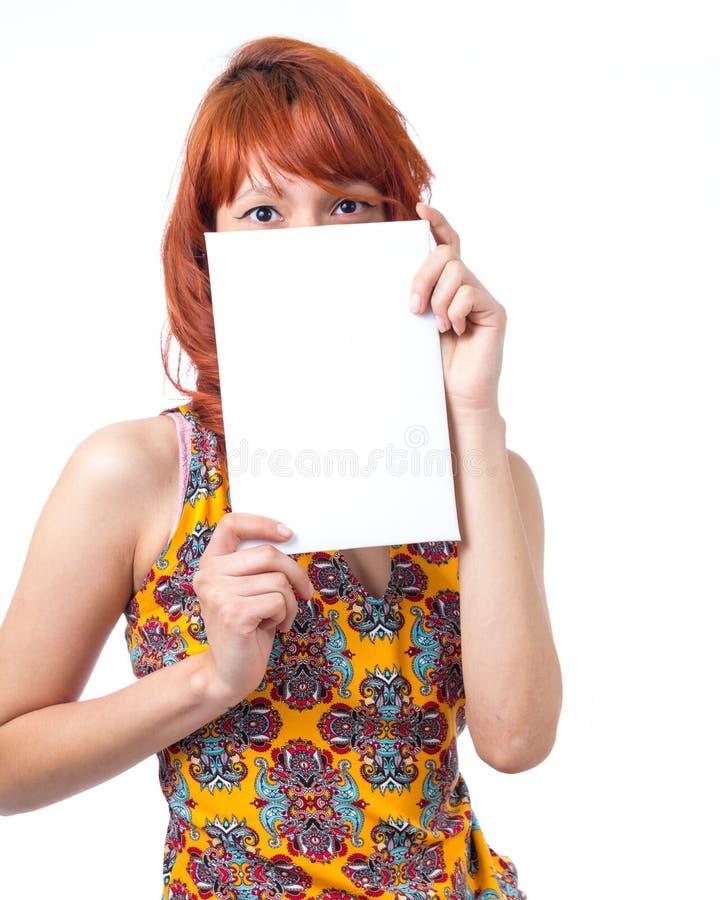 女孩用空插件盖她的面孔 仅眼睛出现 免版税图库摄影