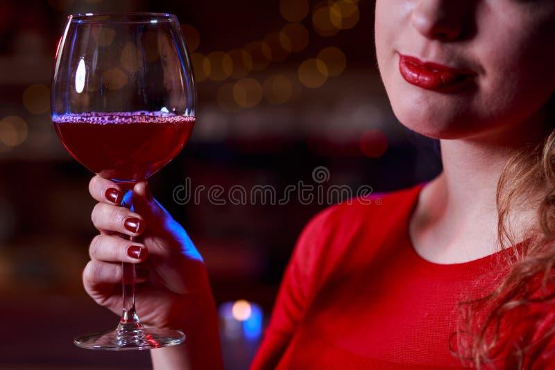 女孩用红葡萄酒 库存照片