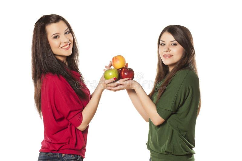 女孩用苹果 库存照片