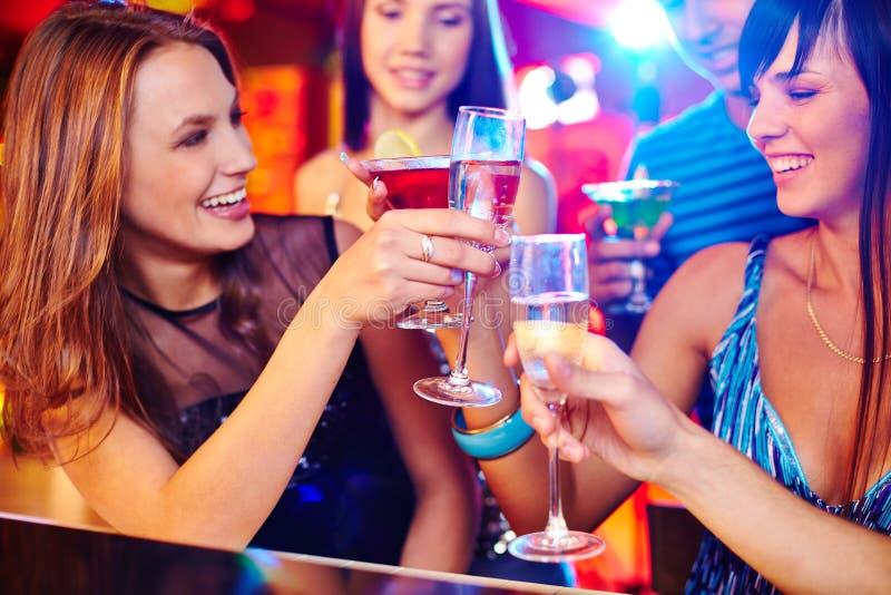 女孩用香槟 免版税库存照片