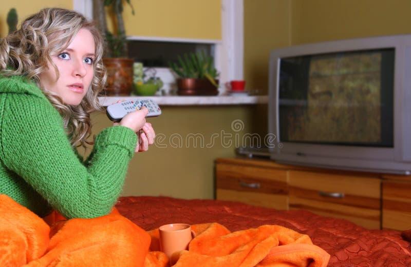 女孩电视注意 免版税库存图片