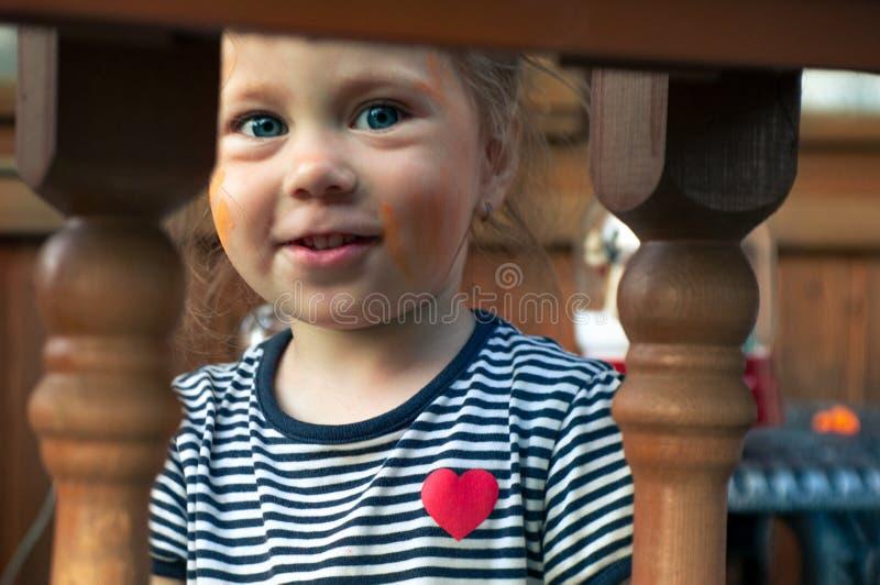 女孩画乡间别墅的图片,隔绝在白色 库存照片