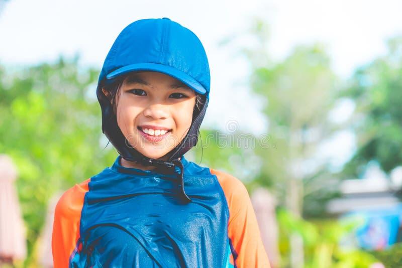女孩画象充当游泳的训练水池 免版税库存照片