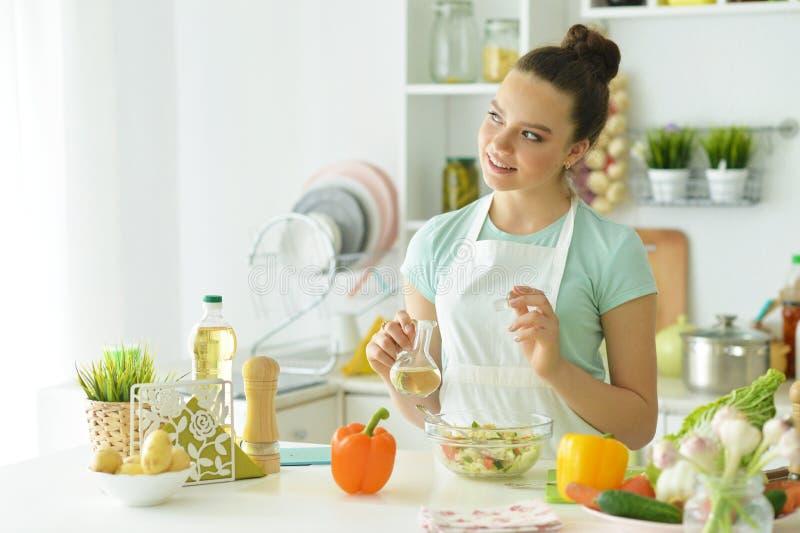 女孩画象厨房厨师的 免版税图库摄影
