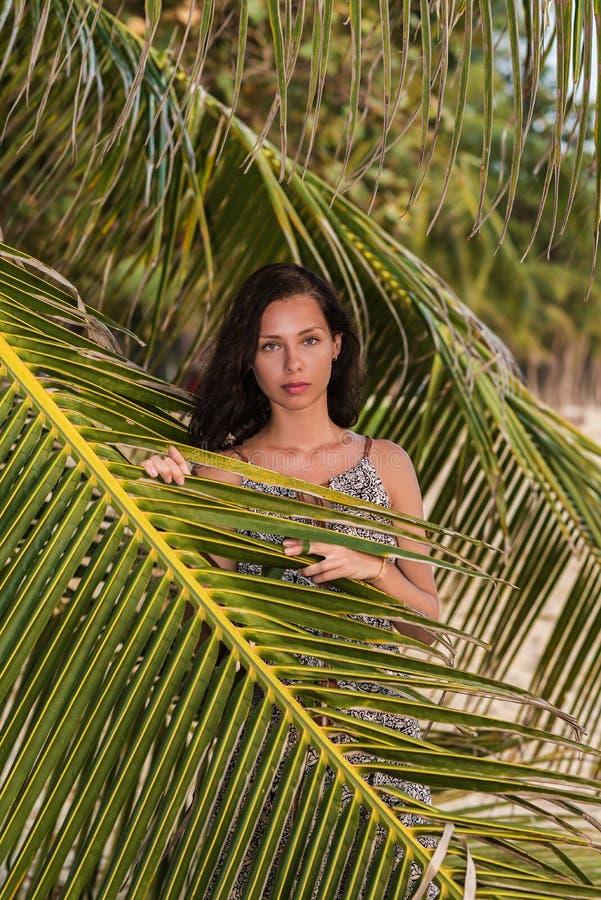 女孩画象有一个棕榈分支的在一热带好日子 免版税库存照片