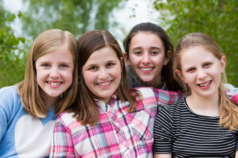 女孩画象获得乐趣在公园一起 免版税库存照片