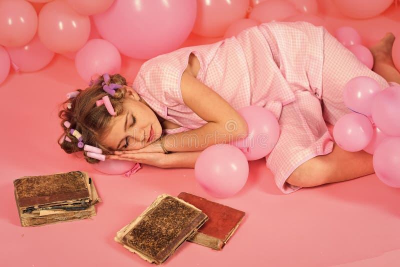 女孩疲倦 疲倦从学会 一点小秘书睡眠 免版税图库摄影