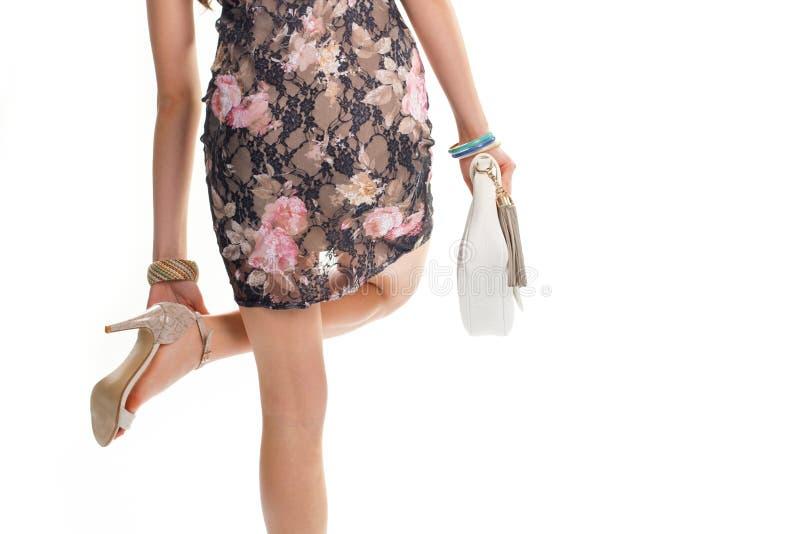 女孩的手接触脚跟鞋子 免版税图库摄影