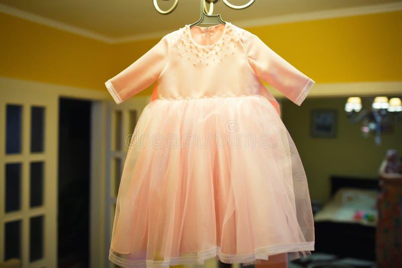 女孩的桃红色婴孩衣裳 库存照片