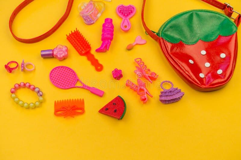 女孩的玩具从袋子草莓的形式 图库摄影