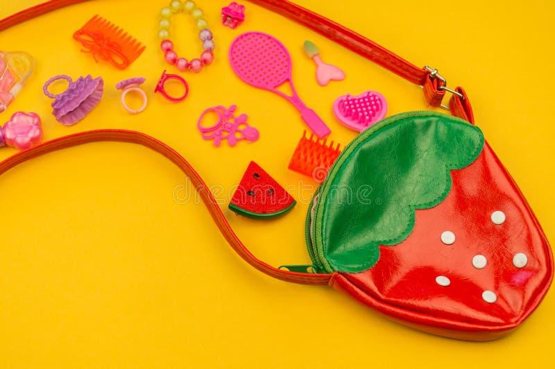 女孩的玩具从袋子草莓的形式 免版税图库摄影