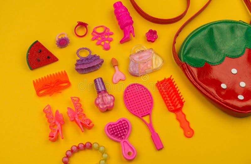 女孩的玩具从袋子草莓的形式 库存照片