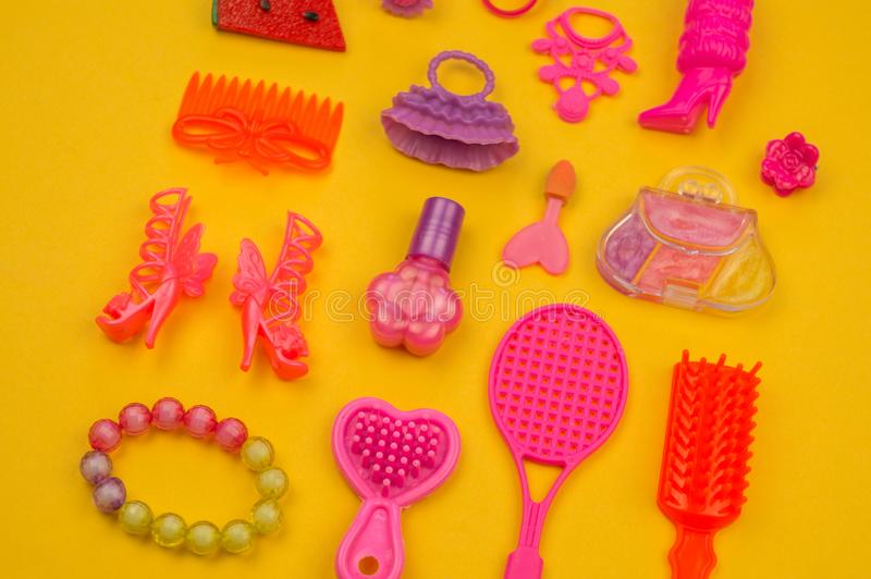 女孩的玩具从袋子草莓的形式 库存图片
