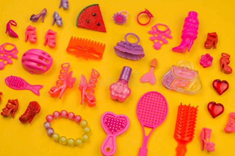 女孩的玩具从袋子草莓的形式 免版税库存照片