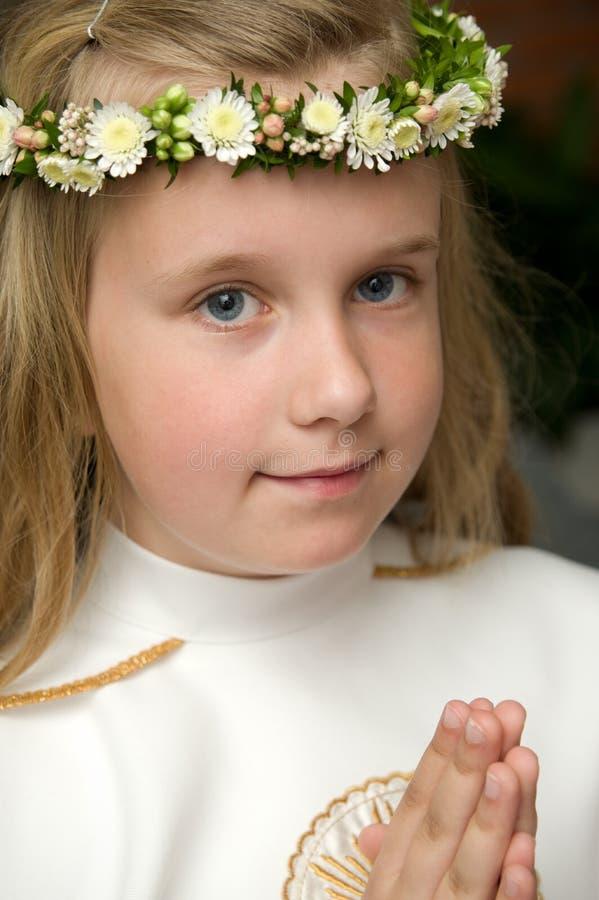 女孩的画象准备好第一圣餐 免版税库存图片