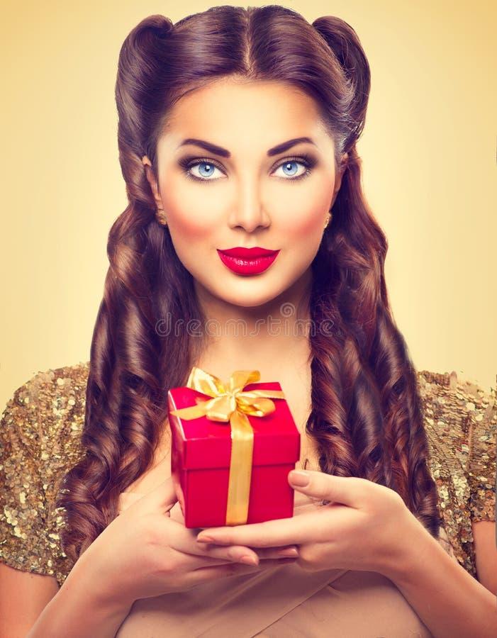 女孩的秀丽别针有节日礼物箱子的 库存照片