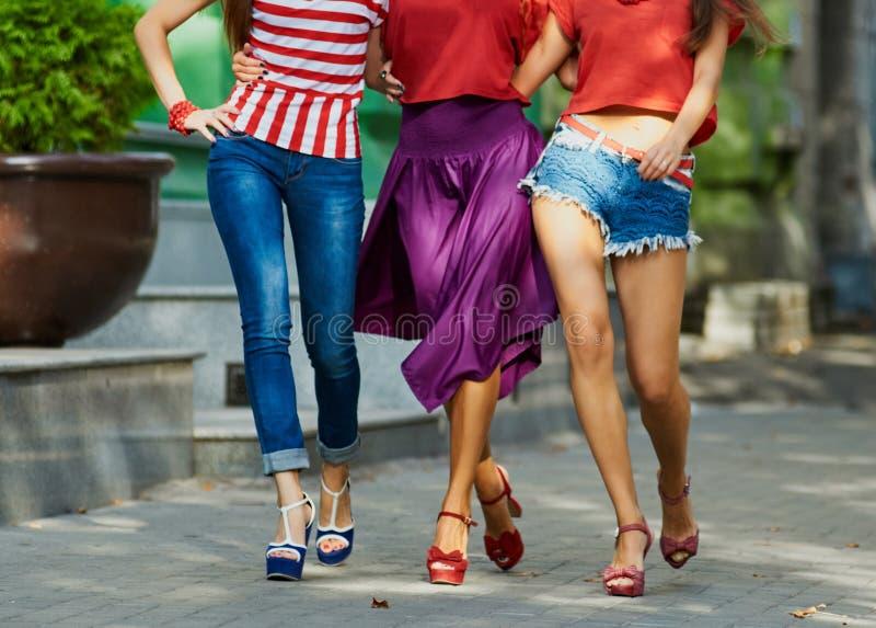 女孩的秀丽腿在城市街道上的 免版税库存照片