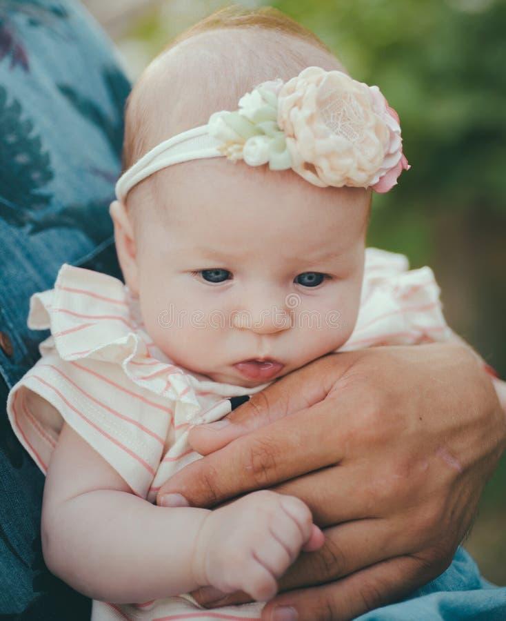 女孩的秀丽 小孩儿 母性和童年 开发的儿童精神和身体健康 健康和 库存图片