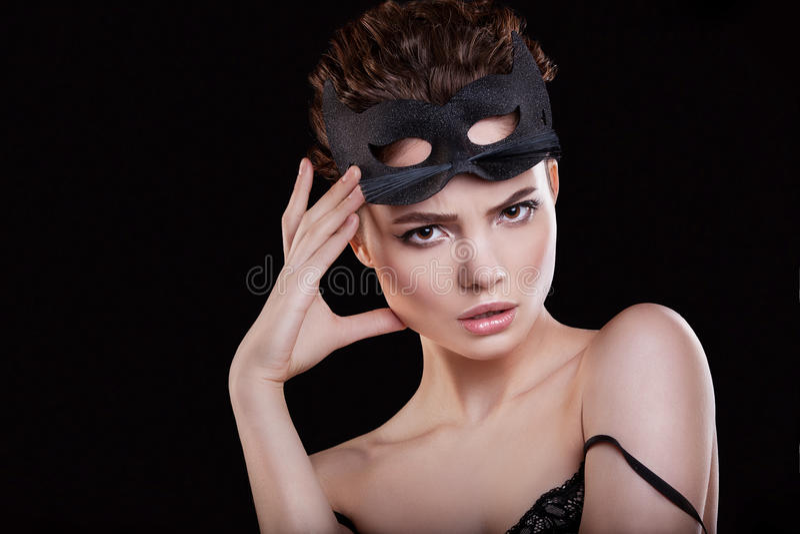 女孩的秀丽 有猫和专业构成面具的美丽的妇女  库存照片