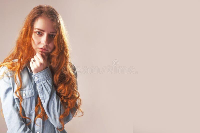 女孩的被折叠的手作为寂寞的标志 身体langua 库存图片
